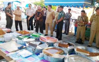 Wakil Bupati Gunung Mas Rony Karlos (berkacamata) memantu pasar Ramadan di taman kota Kuala Kurun, Selasa (30/5/2017) sore
