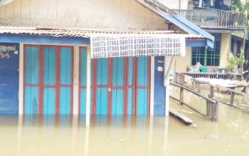 Rumah warga di Jalan Iman Tergenang banjir serta Jalan Imam Bonjol yang sudah tergenang air setinggi 30 senti meter