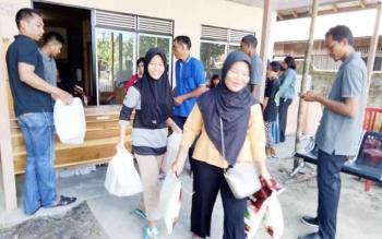 Masyarakat Kecamatan Sukamara saat mengbil paket sembako di kantor Sekretariat BKAD Sukamara.
