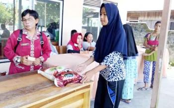 Masyarakat Sukamara saat mengambail paket sembako murah yang digelar Badan Kerjasama Antar Desa (BKAD) Kecamatan Sukamara.