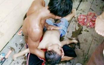 Bambang (ayah Revan) saat memeluk anaknya yang sudah tidak bernyawa saat ditemukan tenggelam