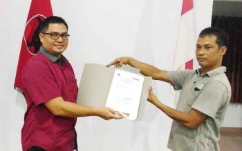 Wakil Bupati Gumas Rony Karlos (kanan) menyerahkan berkas pendaftaran kepada Wakil Ketua DPC PDIP Bidang Organisasi Abdul Hamid, Selasa (30/5/2017) malam
