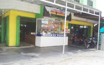 Salah satu rumah makan yang masih buka di luar jam yang sudah ditentukan pada bulan Ramadan, Sampit, Selasa (30/5/2017)