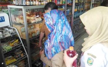Tim dari Disperindag Kota Palangka Raya bersama instansi terkait saat melakukan sidak terhadap sejumlah swalayan di Palangka Raya, Selasa (30/5/2017).