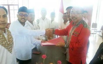 Ketua Pansus DPRD Katingan Fahmi Fauzi (kiri) berjabat tangan dengan Ketua DPC PDI P Ignatius Mantir Ledie Nussa saat mendaftar ke PDI P, Selasa (30/5/2017).