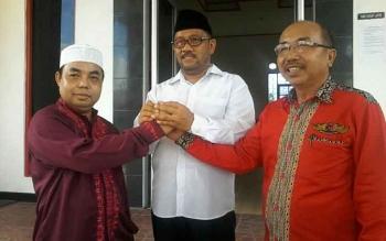Ketua DPC PDI Perjuangan Katingan, Ignatius Mantir Ledie Nussa (kanan) salam kompak dengan dha balon lainnya, Fahmi Fauzi dan Riming.