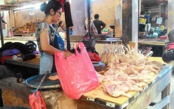 Harga daging ayam ras masih stabil di awal puasa.