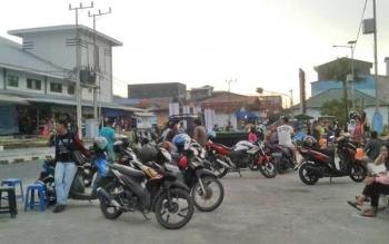 Kendaraan masyarakat saat perkir di kawasan pelabuhan speet boad