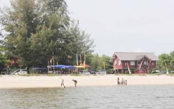 Suasana Pantai Ujung Pandaran yang sering dijadikan warga untuk mengisi akhir pekan atau liburan.