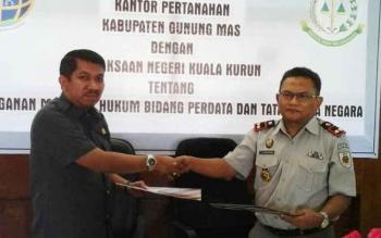 Kajari Gunung Mas Koswara (kanan) seusai menandatangani MoU denga kepala Kantor Pertanahan Gunung Mas Hartono, Rabu (31/5/2017).