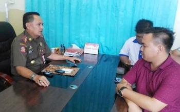 Kepala Satpol PP Gunung Mas edwin Yustian memberikan keterangan kepada wartawan, Rabu (31/5/2017)