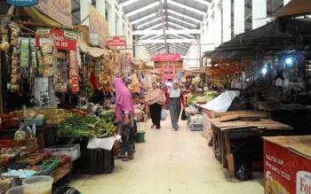 Tampak sepi, pengunjung pasar tradisional di bulan puasa ternyata tak banyak. Kebanyakan orang lebih memilih masakan jadi di Pasar Ramadan daripada repot-repot memasak di bulan puasa