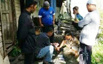 Anggota Polsek Katingan Hilir saat menggeledah kediaman Hadran di Desa Hampalit.