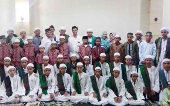 Ketua DPD Nasdem Kotim Ansen Tue bersama sejumlah anak panti, ulama dan sejumlah tokoh masyarakat usai berbuka puasa.