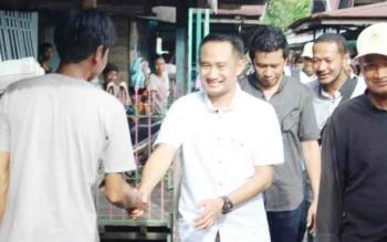 Ketua KNPI Kalteng, Fairid Naparin saat menemui warga