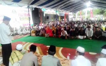 Bupati Kapuas en Brahim S Bahat menyampaikan sambutannya di hadapan ratusan tukang becak saat Pembukaan PSC 119 dan rumah bersalin, Rabu (31/5/2017).