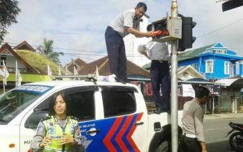 Polisi dari Satlantas Polres Seruyan dibantu beberapa petugas Dinas Perhubungan Kabupaten Seruyan, melakukan pemasangan public address disalah satu simpang jalan utama Kuala Pembuang.