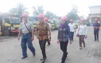 Anggota Komisi III DPRD Kotim, Debby Sartika (berjilbab) saat melakukan monitoring ke salah satu perusahaan sawit di Kotawaringin Timur, beberapa waktu lalu.