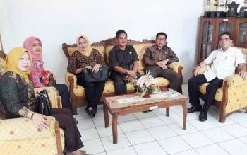 Kepala Dishub Sinthanu (baju putih) menjelaskan soal penggunaaan Dermaga Jelapat kepada Komisi II DPRD Barsel.