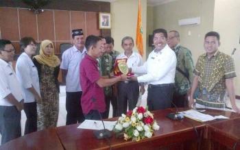 Asisten II Setda Barsel, Suhardi (baju putih) menyerahkan cinderamata kepada ketua Komisi I DPRD Balangan di aula Setda Barsel, Rabu (31/5/2017).