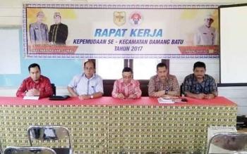 Kepala Disparpora Gunung Mas Suprapto Sungan (dua dari kiri) saat rapat kerja kepemudaan di Kecamatan Damang Batu.