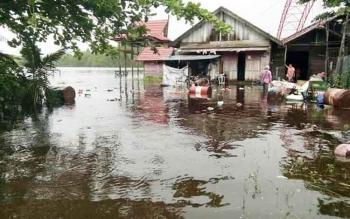 Salah satu rumah warga di daerah aliran sungai DAS) Seruyan, Desa Pematang Panjang yang tergenang banjir air sungai pasang, Kamis (1/6/2017) siang.