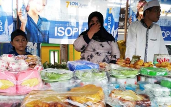 Seorang penjual kue bingka di Pasar Ramadan Sampit menunggu pelanggan.