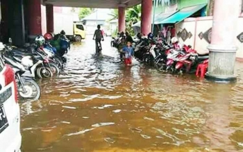 Kawasan parkir Pasar Saik Kuala Pembuang, yang tergenang banjir dari luapan Sungai Seruyan.