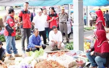 Bupati Pulang Pisau Edy Pratowo bersama Tim Satgas Pangan memantau harga dan ketersediaan kebutuhan pokok di pasar mingguan, Kamis (1/6/2017).
