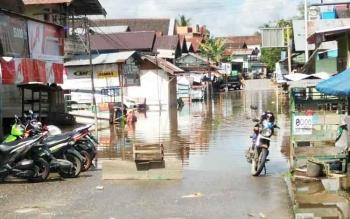 Sejumlah jalan di kota Muara Teweh, Kabupaten Barito Utara, yang sudah tergenang banjir.