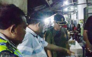 Satpol PP dan Kepolisian Kotim saat melakukan razia THM di Taman Kota Sampit.