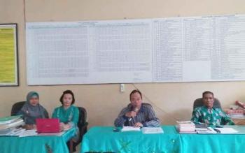 Arbusin (kedua kanan) Kepala SMAN 5 Palangka Raya memimpin rapat Penerimaan Peserta Didik Baru (PPDB) Tahun Pelajaran 2017/2018.