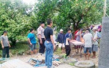Evakuasi korban bunuh diri, Akhmad Benny Sanjaya (58), disaksikan Kapolres Pulang Pisau AKBP Dedy Sumarsono (kaos Hitam) dan Kapolsek Kahayan Hilir (Iptu Sugiharso).