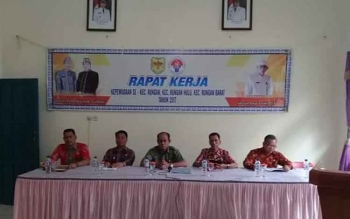 Kepala Disparpora Gunung Mas Suprapto Sungan (dua dari kiri) saat memimpin rapat kerja kepemudaan di aula Kantor Kecamatan Rungan, Jumat (2/6/2017).