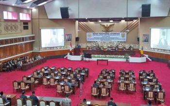 Anggota VI BPK RI Pusat, Harry Azhar Aziz saat pemberian opini dan penyerahan laporan hasil pemeriksaan (LHP) BPK RI pada rapat paripurna istimewa yang digelar di gedung DPRD Kalteng, Jumat (2/6/2017).