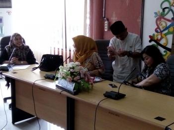 Sugianor menghitung uang dari sumbangan Neni Adriaty Lambung, Anggota DPRD Kota Palangka Raya