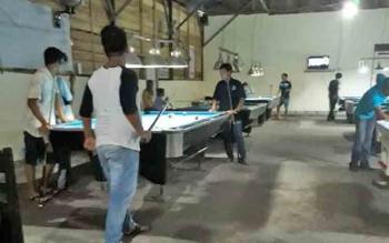 Arena biliar di Kelurahan Sawahan, Kecamatan MB Ketapang masih beroperasi hingga Kamis (1/6/2017) malam.