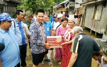 Bupai Barito Utara H Nadalsyah menyerahkan bantuan sembako kepada korban banjir.