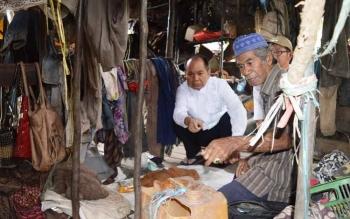 Bupati Kapuas Ben Brahim S Bahat saat mengunjungi rumah Ines di Desa Talekung Punai, Kecamatan Kapuas Murung.