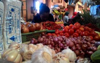 Pedagang sayuran di Pasar Kahayan Palangka Raya salah satunya menjual bawang putih.