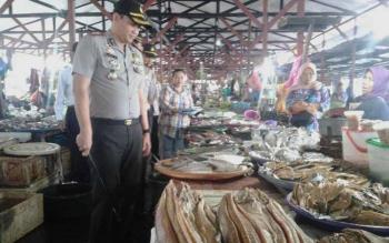 Kapolres Seruyan AKBP Nandang Mu\\\'min Wijaya, selain memantau harga sembako juga menyempatkan diri mengetahui harga jual ikan di Pasar Saik Kuala Pembuang, Jumat (2/6/2017).
