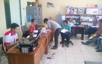 Para juru pelihara situs cagar budaya meneriman insentif di kantor Dinas Pendidikan dan Kebudayaan Kabupaten Gunung Mas, Jumat (2/6/2017).
