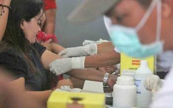 Petugas medis saat melakukan tes HIV/AIDS bagi warga binaan Lapas Pangkalan Bun