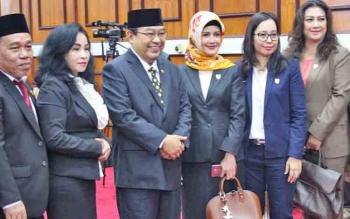 Anggota VI BPK RI, Harry Azhar Aziz (tengah, berkacamata) foto dengan anggota DPRD Kalteng seusai memberikan LHP