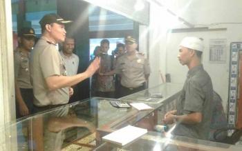 Kapolres Seruyan AKBP Nandang Mu\\\'min Wijaya berbincang dengan pedagang emas di Pasar Saik Kuala Pembuang, Sabtu (3/2/2017).