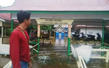 Banjir yang melanda Kabupaten Murung Raya. Meski hari kelima, Sabtu (3/6/2017), air sudah mulai surut, tetapi ribuan rumah masih terendam.