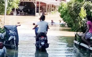Banjir melanda Kecamatan Kapuas Tengah, Kabupaten Kapuas.
