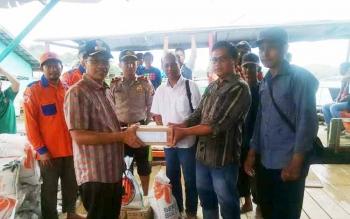 Bupati Murung Raya, Perdie M Yoseph saat memberikan bantuan kepada masyarakat terkena banjir di Muara Laung I, Kecamatan Laung Tuhup, Sabtu (3/6/2017).