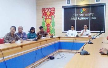 Kepala Bidang Statistik Distribusi BPS Kalteng Bambang Supriono (depan, berbicara).