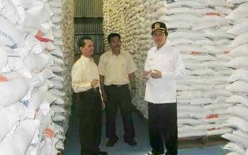 Anggota DPR RI Hamdhani pantau stok beras di gudang Badan Urusan Logistik Subdivre Pangkalan Bun.